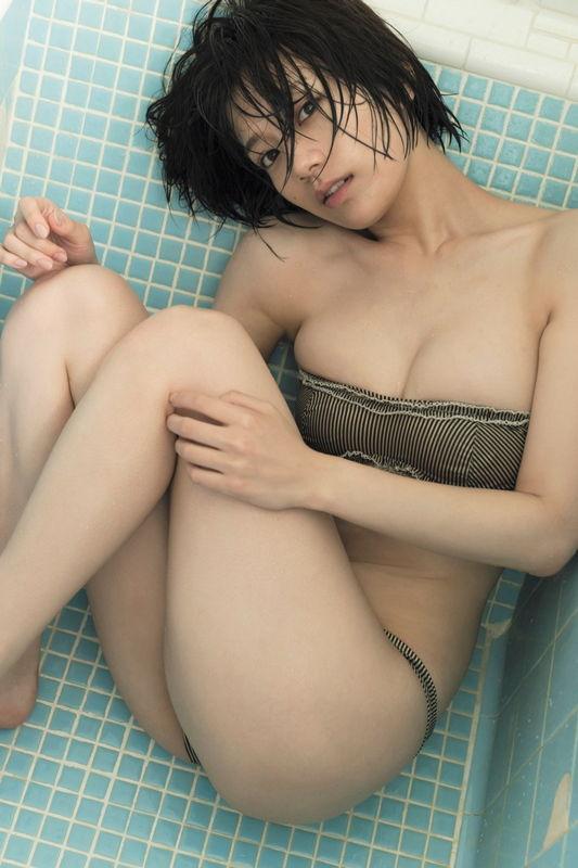 W杯NHKキャスターとして話題の元non-noモデル佐藤美希、Fカップ細身くびれビキニがもの凄い