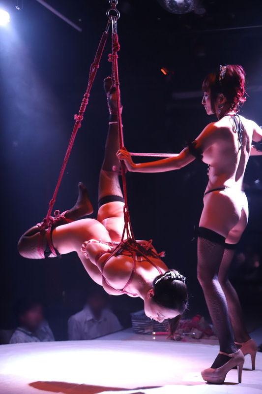 東京モーターショーで過激露出で話題となった元RQモデル、全裸女体盛りプレイまでしてるw