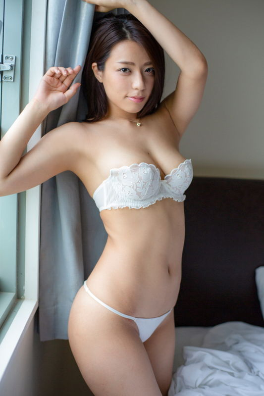 元テラハメンバーで細身巨乳ボディの小瀬田麻由、ベッドで上半身ヌードの大胆露出ww
