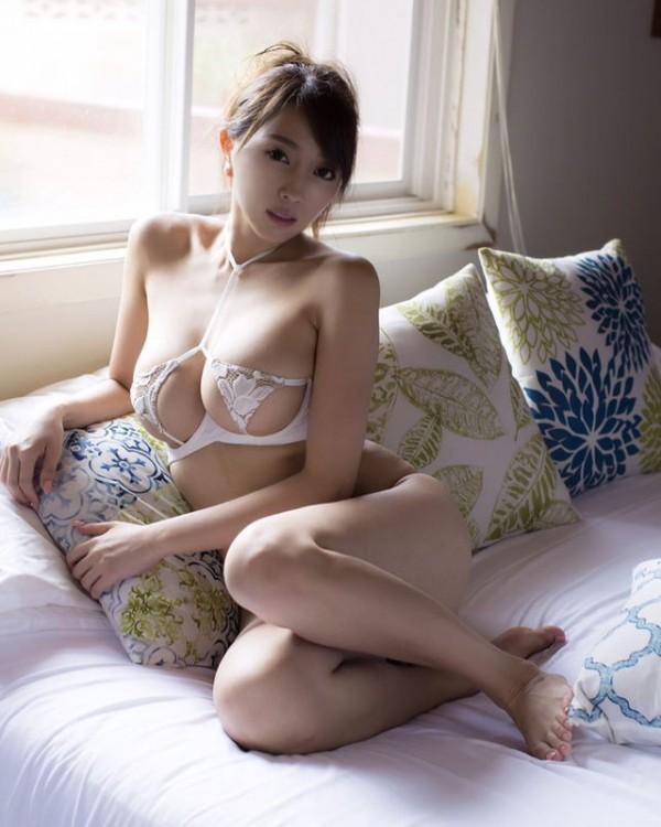 日本一エロいグラドル森咲智美、バナナ舐めに変態V字ハイレグをマ●コ食い込ませて無毛パイパン限界露出